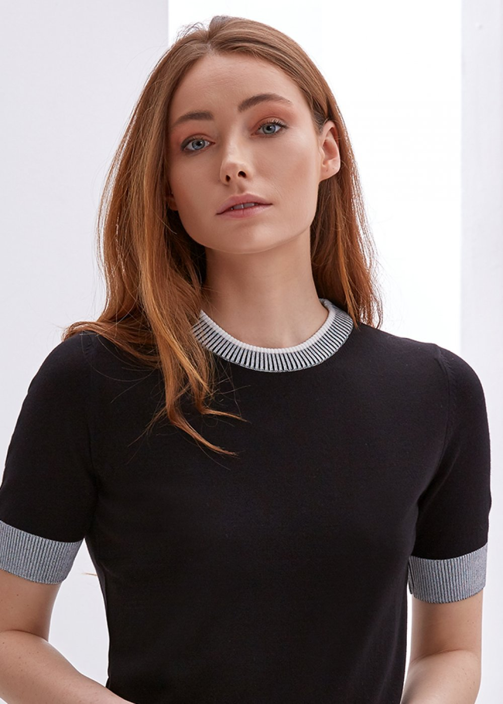 SHORT SLEEVE CREW NECK BLACK KNIT TOP