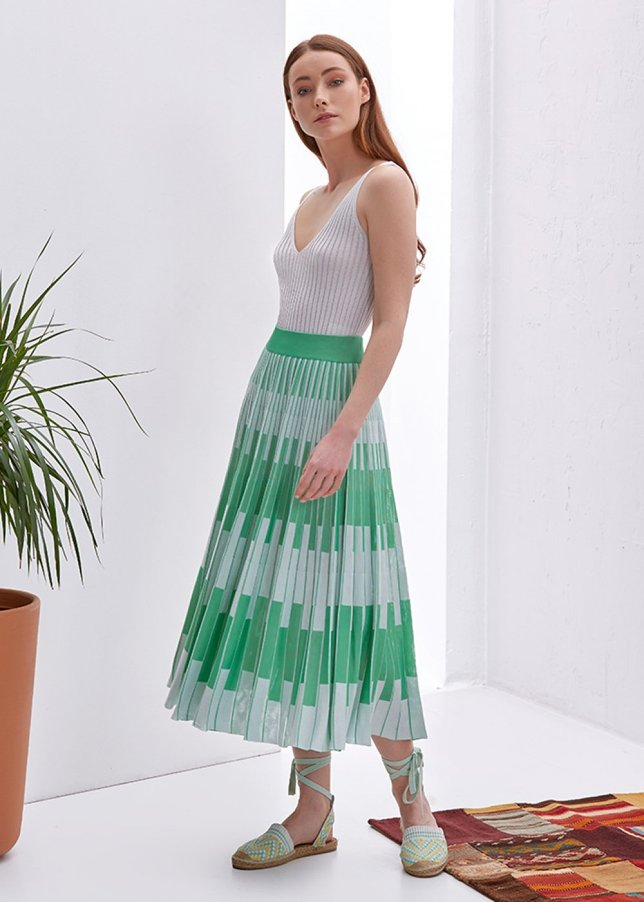 PATTERNED PLEATED GREEN SKIRT